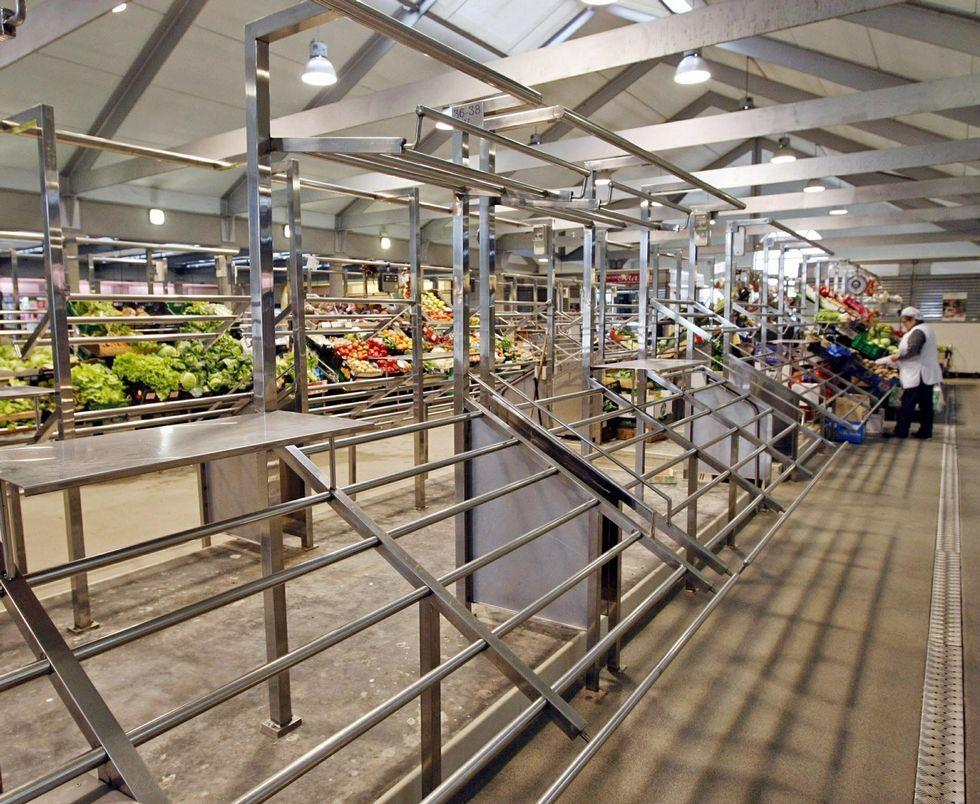 Los puestos vacíos de la planta superior ofrecen una imagen desoladora del Mercado de Abastos.