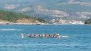 Los remeros de la Esteirana, en el momento en que regresan a la costa con las tres chicas rescatadas a bordo