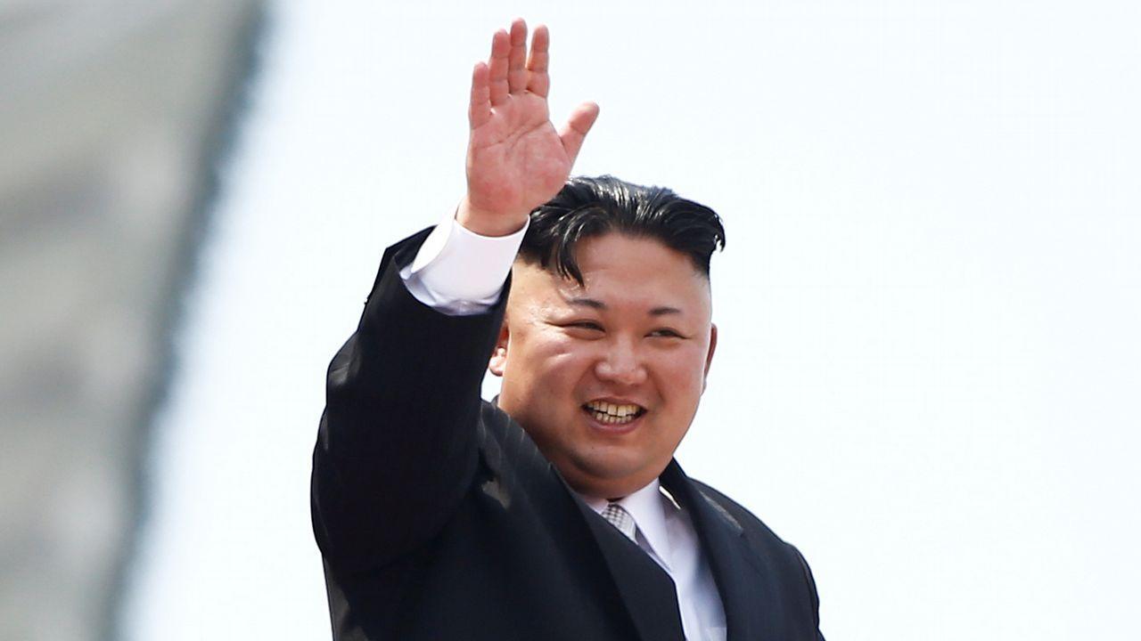 Kim Jong-Un realiza una histórica visita no oficial a China.Un oficinal surcoreano prueba el funcionamiento de la línea telefónica directa entre las dos Coreas