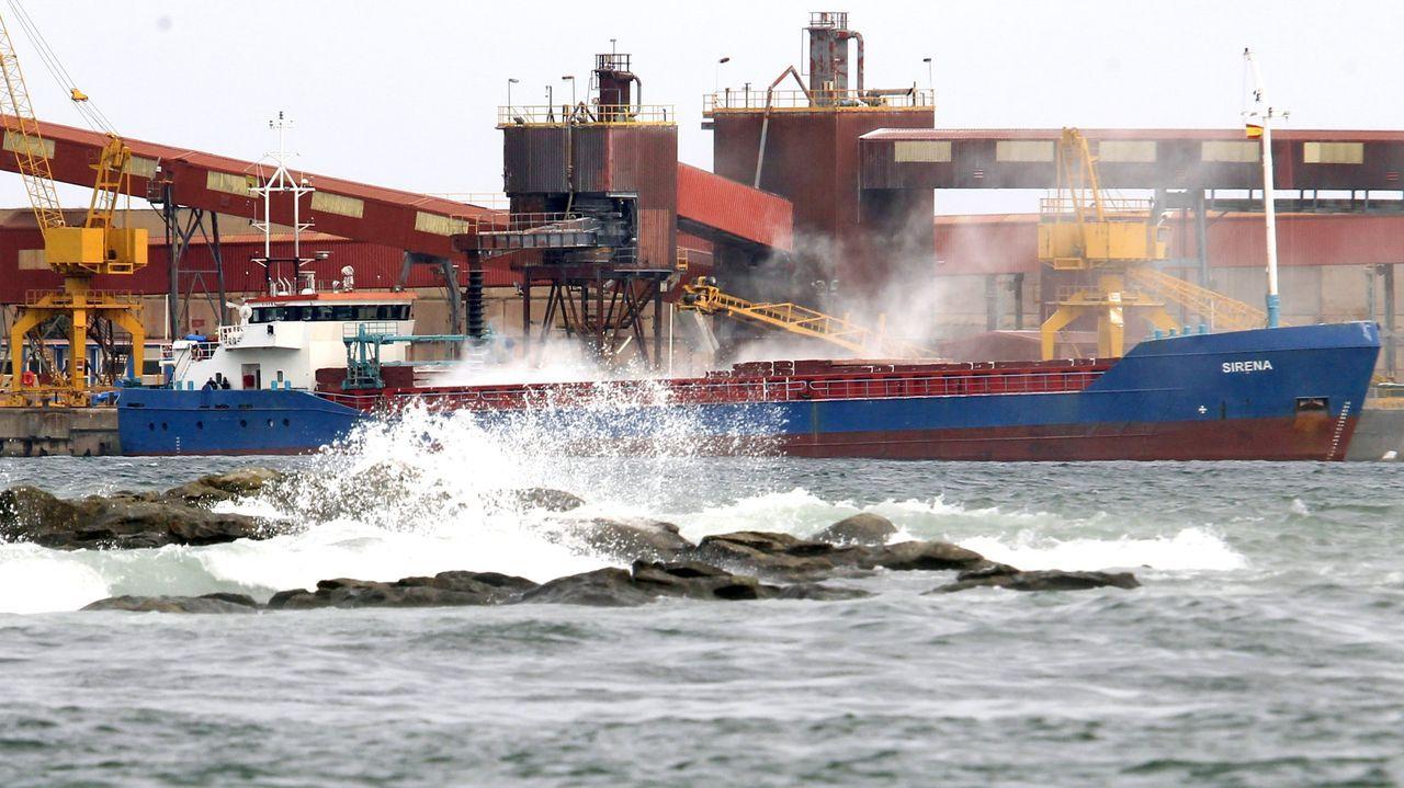 Imagen de archivo de la parte del puerto comercial de San Cibrao que usa la fábrica de alúmina y aluminio; la otra, el dique norte, solo sirve de abrigo, pese a los estudios que consideran viable abrirla al tráfico general