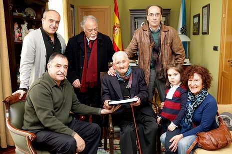 El director Héctor Carré promocionó ayer su película de esta forma por el centro de la ciudad.