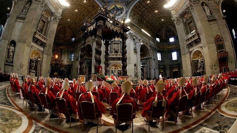 Primer día del cónclave.El papa Francisco saluda a la prensa con el cardenal italiano Angelo Soldano y el arzobispo de Kinshasha Laurent Pasinya