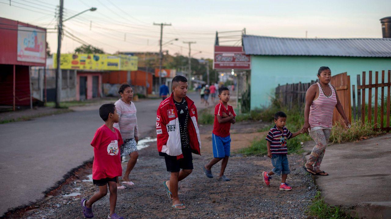 Una familia indígena venezolana llega a una parroquia católica donde el sacerdote español José López Fernández de Bobadilla sirve desayuno en Pacaraima, Roraima, Brasil, en la frontera con Venezuela