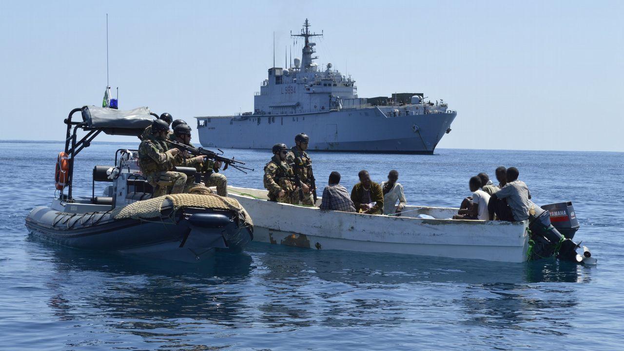 | EFE.Infantes de marina de la fragata italiana «San Giusto» capturan un esquife pirata frente a Somalia en noviembre del 2012