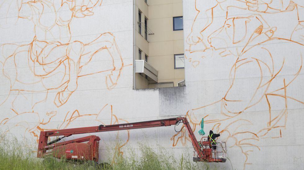 Tarde de graduaciones en el Conservatorio carballés: ¡las imágenes!.El argetino Franco Fasoli, avanzando ayer en su trabajo en la rúa Río Miño con Río Sil