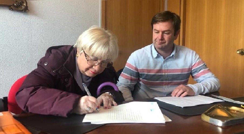 La propietaria del terreno, en el momento de la firma, junto al alcalde y responsable de Urbanismo, Benito Portela.