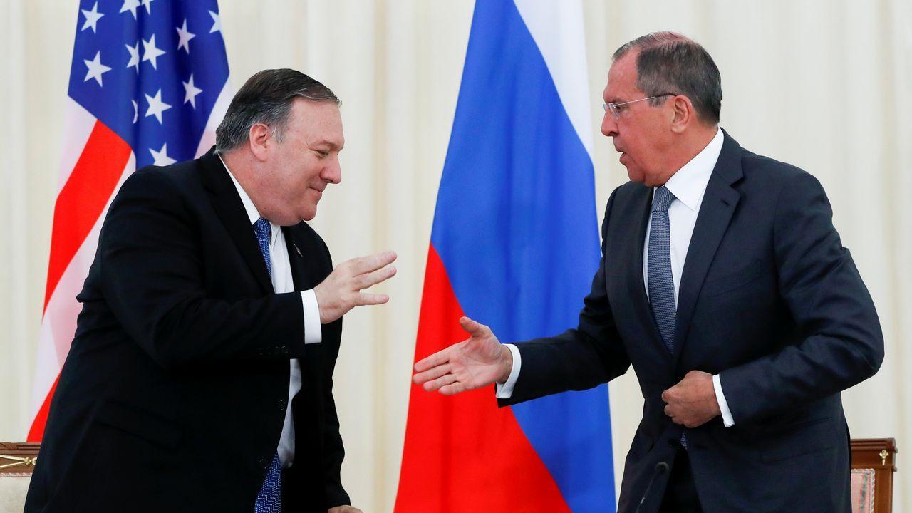Pompeo y Lavrov se estrechan la mano tras la rueda de prensa