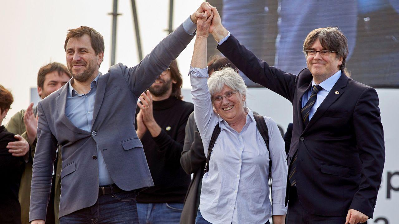 Los exconsejeros Toni Comín y Clara  Ponsatí y el expresidente Puigdemont, todos ellos huidos de la Justicia española, ayer en la localidad francesa de Perpiñán