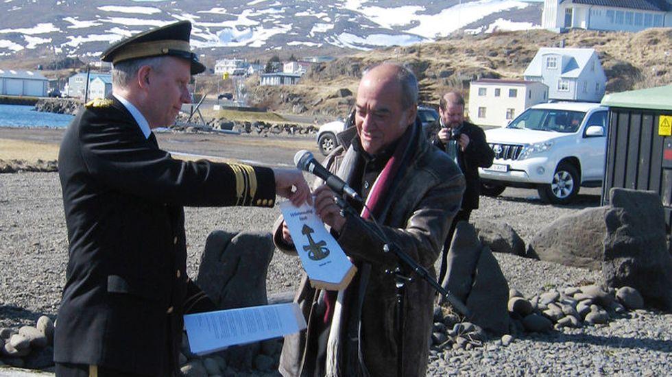 El comisionado Jonas Gudmundsson (izda.) le presenta al presidente de Gipuzkoa, Martín Garitano, la bandera de la Asociación de Comisionados de Distrito de Islandia
