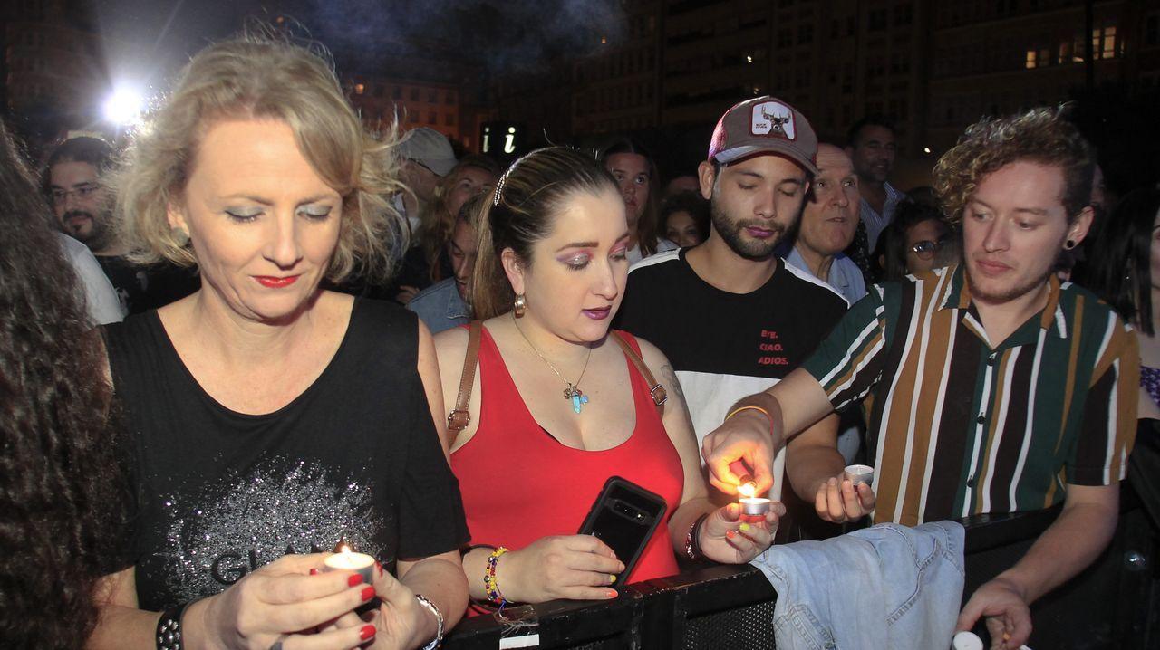 La pregonera Marián Bañobre repartió velas entre el público para pedir deseos para Ferrol