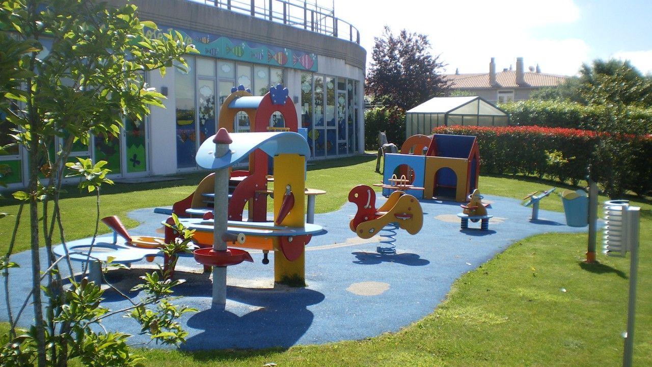 Las zonas exteriores están muy bien equipadas, cuentan con juegos homologados y adaptados a las edades de los pequeños.