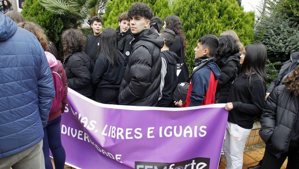 Estudiantes del instituto Daviña Rey, en la concentración frente al Ayuntamiento de Monforte con una pancarta del colectivo feminista Femforte