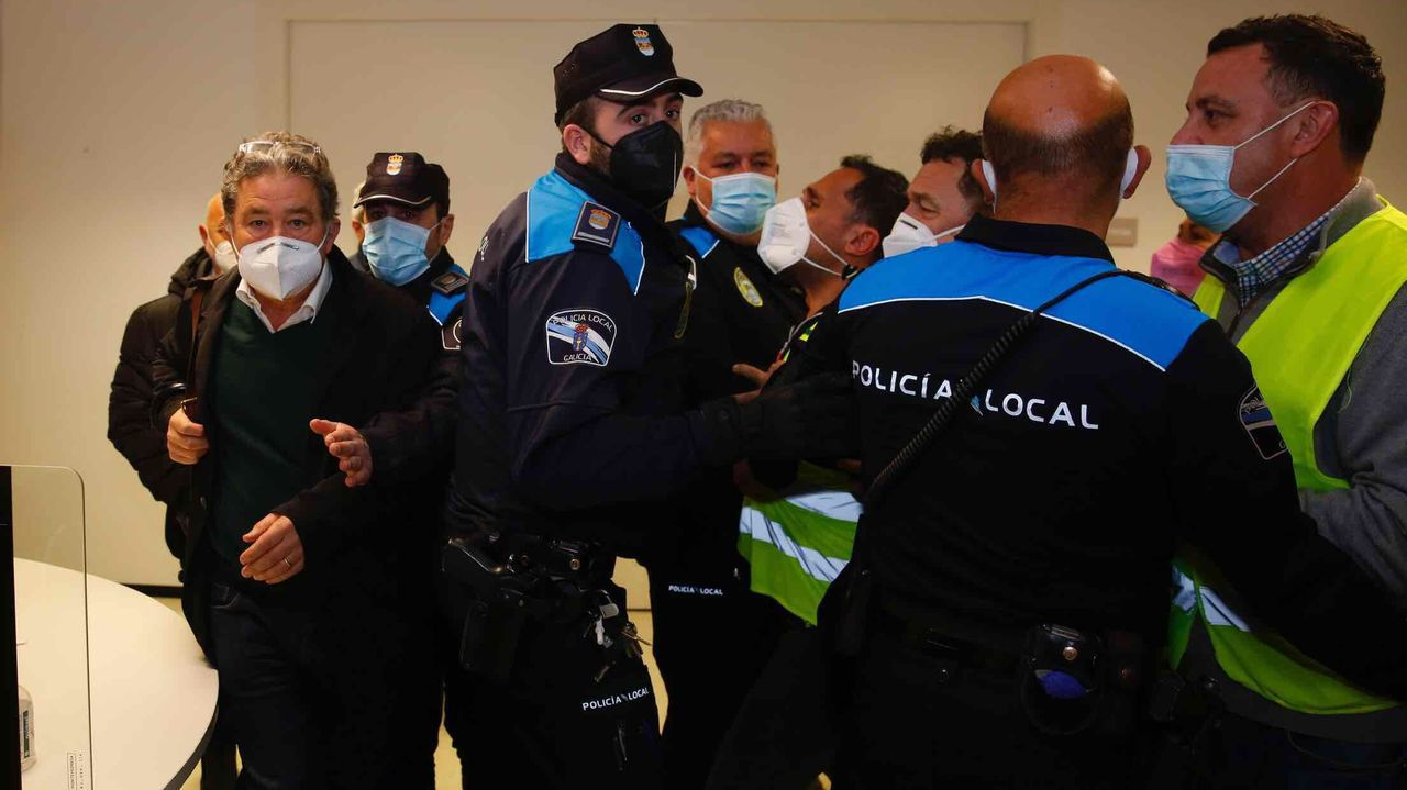 Los trabajadores de Ence increpan al alcalde de Pontevedra, Fernández Lores, a su salida del Concello