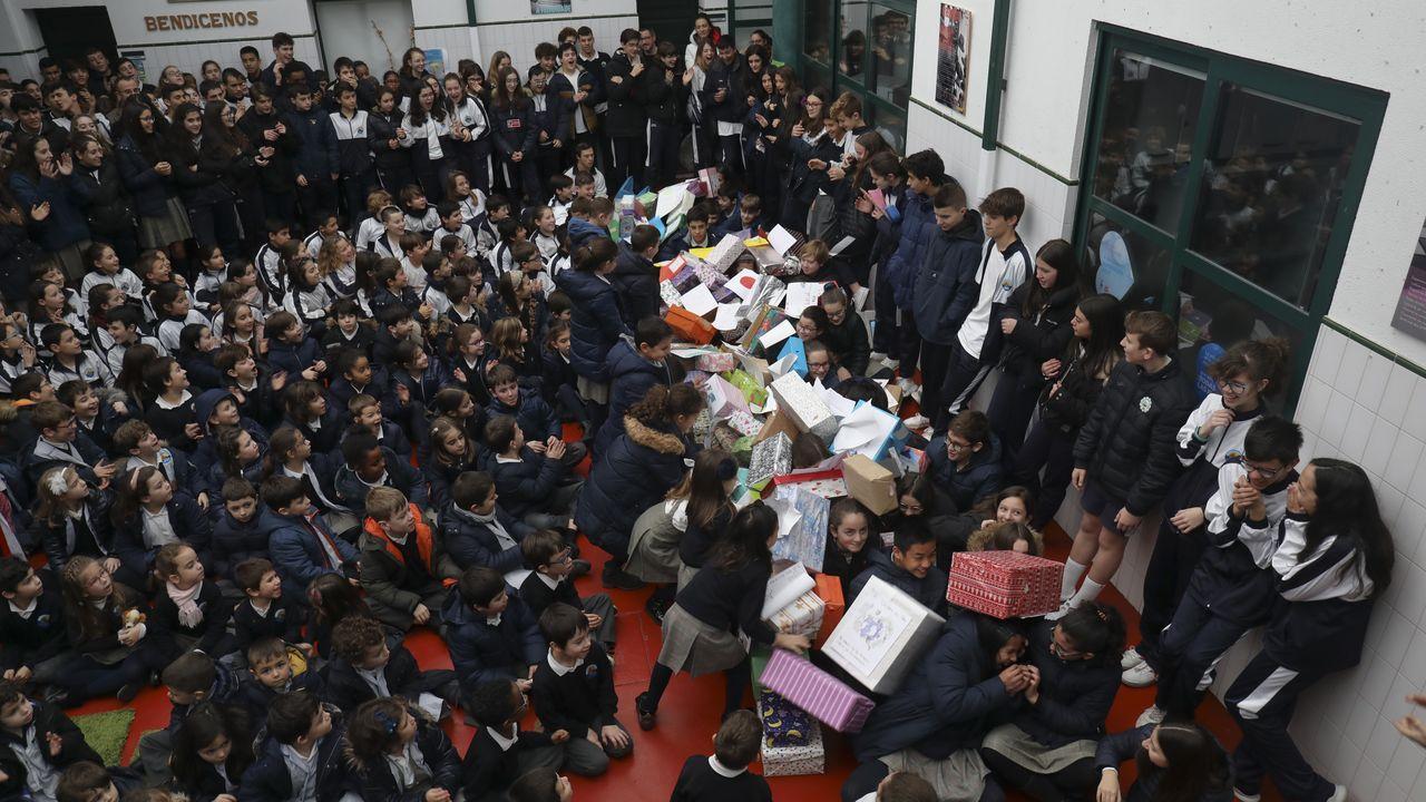 Niños del colegio divino maestro derriban un muro por el dia de la paz