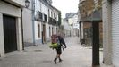 Un peregrino en la Porta de Cima, en el tramo urbano del Camino Norte, el año pasado