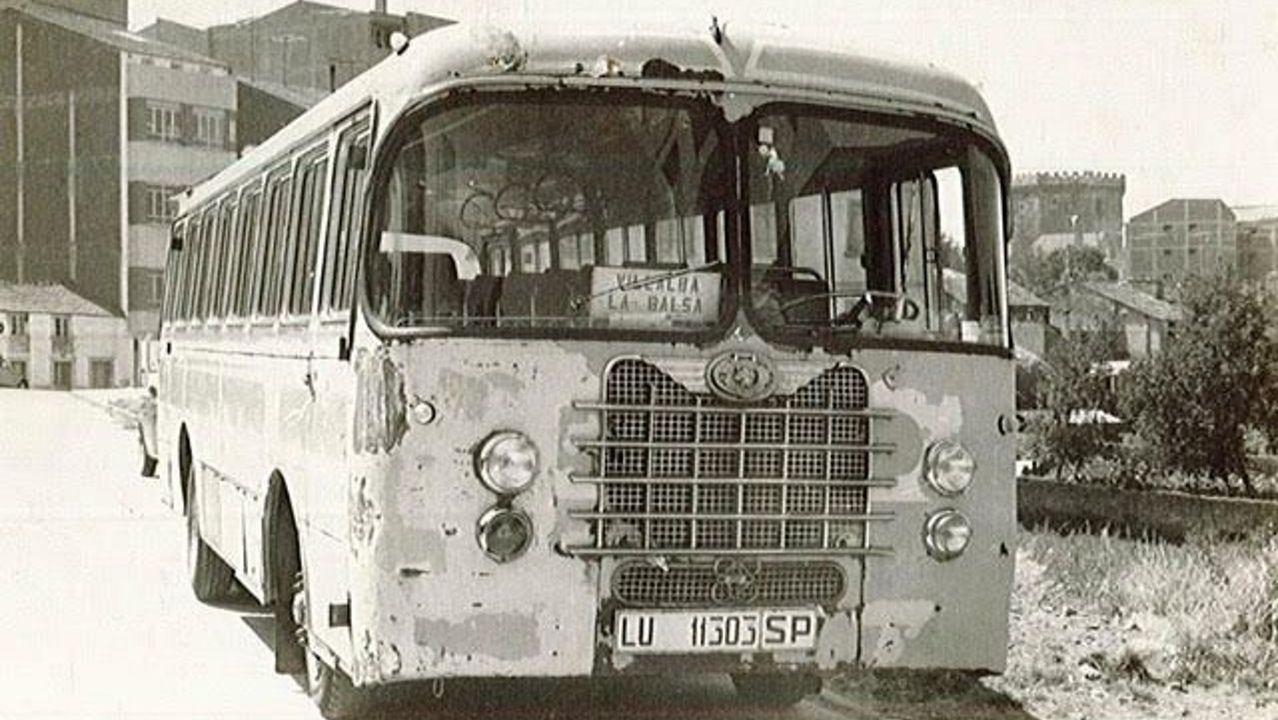 Imagen de hace décadas de un autocar de La Montañesa, de marca Nazar, en Vilalba, con la torre de los Andrade al fondo