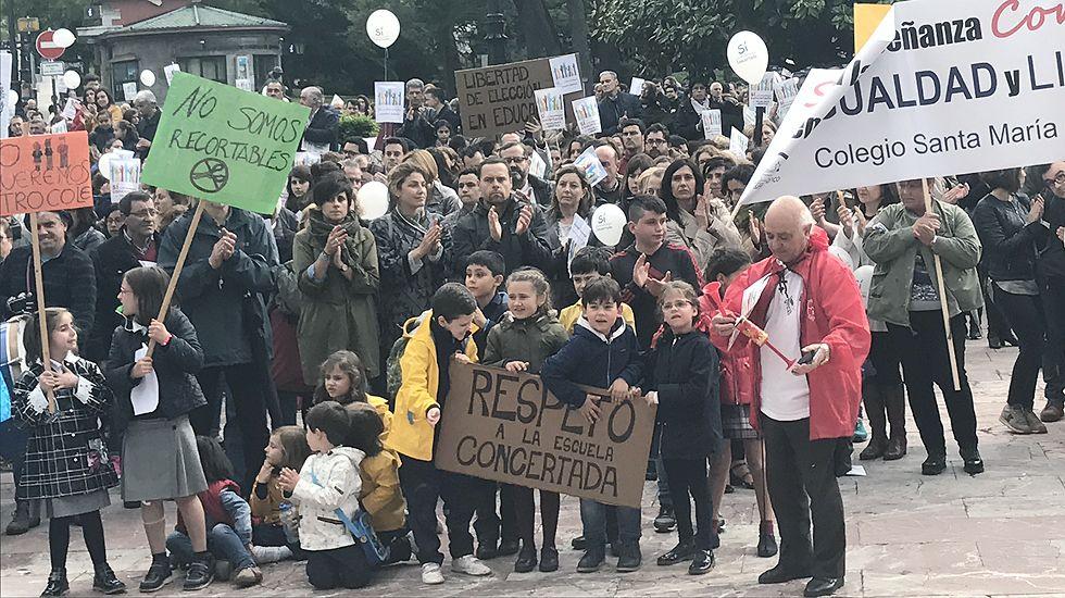 Alumnos, padres, docentes y la patronal de los colegios exigen a la Consejería de Educación el derecho a elegir centro y protestan contra el recorte de unidades en la concertada.Alumnos, padres, docentes y la patronal de los colegios exigen a la Consejería de Educación el derecho a elegir centro y protestan contra el recorte de unidades en la concertada