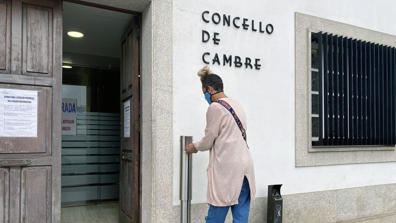 Asívotó A Coruña en las primeras elecciones poscovid.Clientes de O Curruncho, en una foto antigua, ocupando la estrecha Travesía do Progreso frente al local.