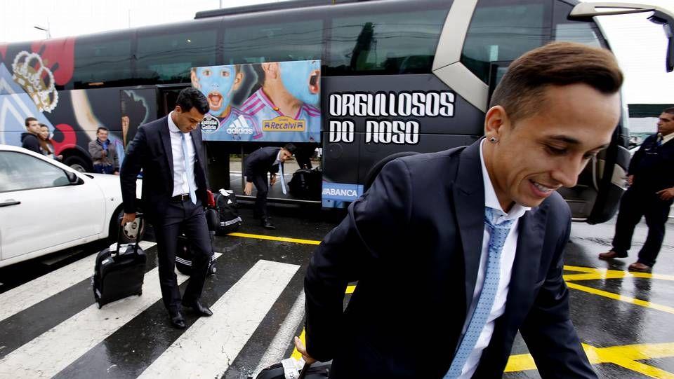 Sonrisas en el regreso a Vigo.Antonio Rosendo, consejero del Celta, con el trofeo, junto a Lupe Murillo y Begoña Estévez.