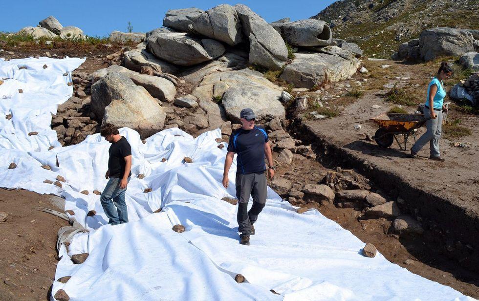 El equipo cubre la zona con tela geotextil para protegerla hasta que el año que viene.