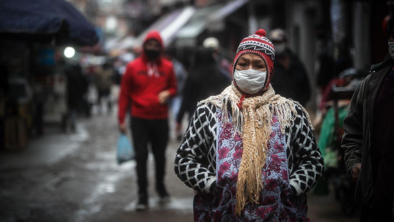Una mujer argentina usa mascarilla en un barrio de Buenos Aires