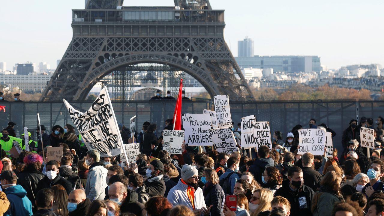 La manifestación que tuvo lugar en la plaza del Trocadero en París, con la Torre Eiffel al fondo