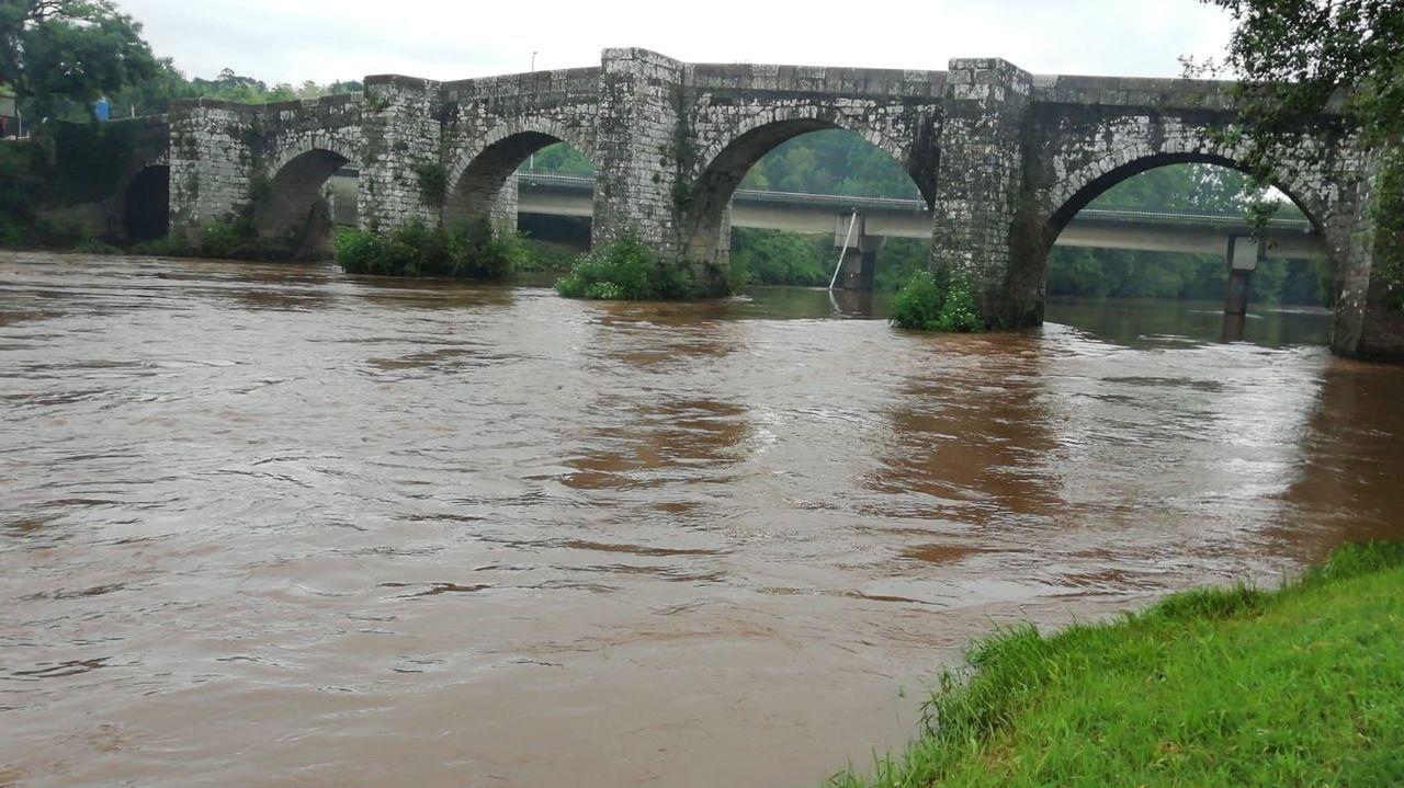 El calor llenas las playas fluviales y las zonas de baño de Compostela