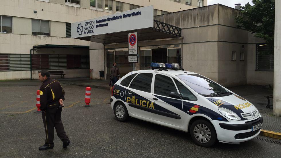 Una patrulla de policía, ante la puerta del hospital de Ourense