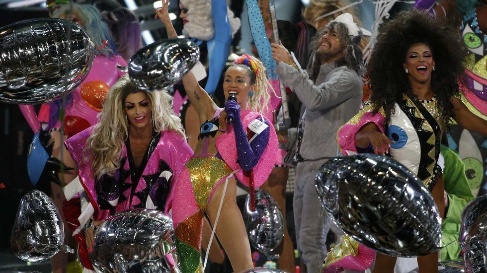 Miley Cyrus durante su actuación de «Do It» con Wayne Coyne