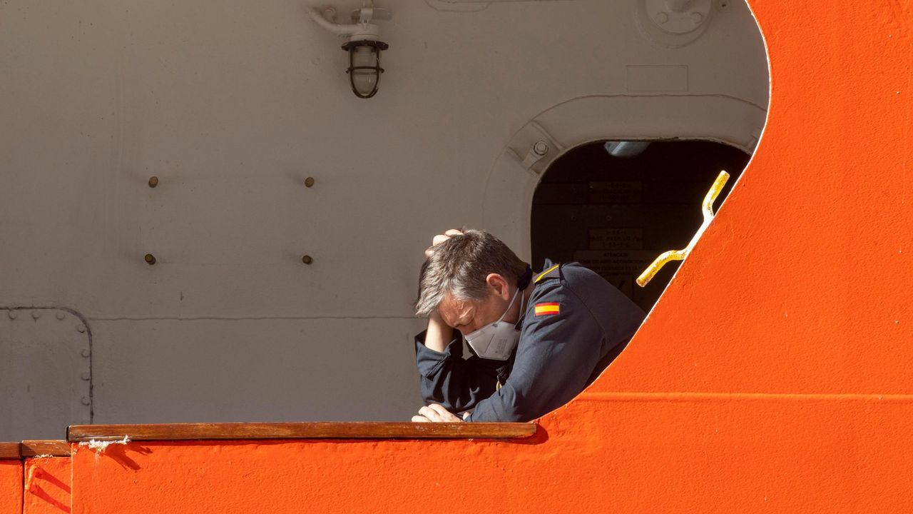 <span lang= gl >Unha visita impactante por «O noso planeta»</span>.Un tripulante del Hespérides en el buque antes de que tuviese que regresar a Las Palmas