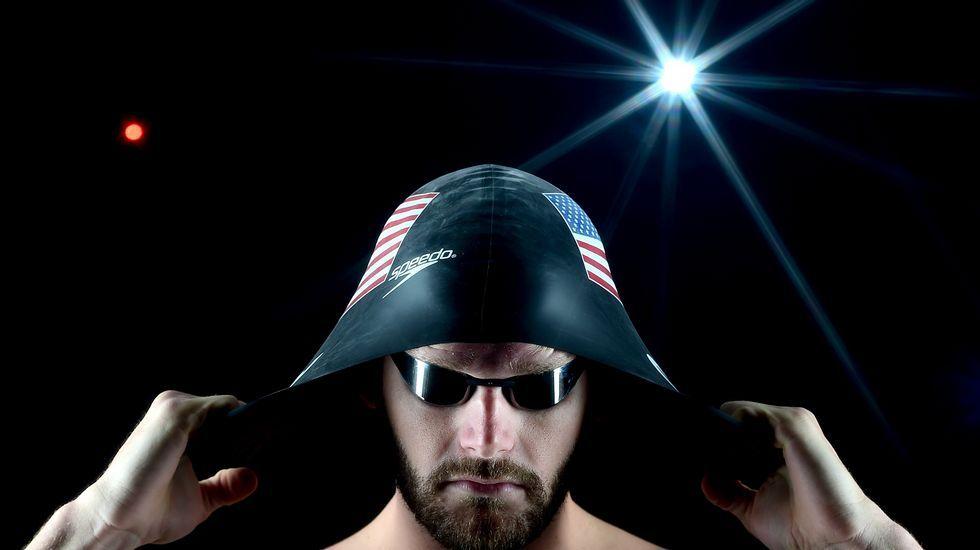 El nadadorTyler Clary se coloca su gorro durante el reportaje