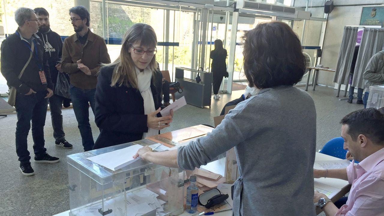 La candidata de Unidas Podemos, Vanessa Somoza, votó en el edificio de la Xunta