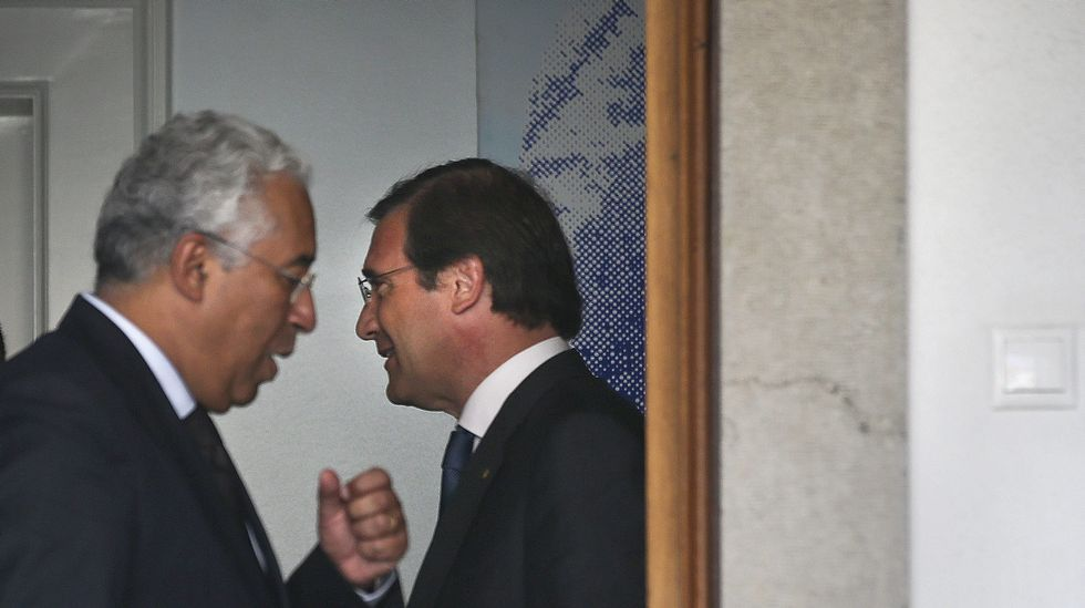 El socialista Antonio Costa (a la izquierda) charla con el presidente portugués Anibal Cavaco Silva.