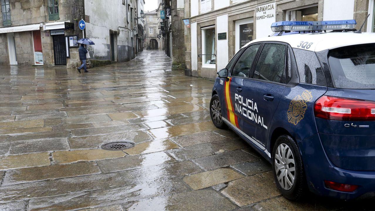 Una empresa especializada en desalojos logra que unos okupas abandonen un piso en Santiago.Un coche de la Policía Nacional en una imagen de archivo