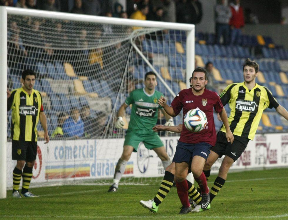 Campillo controla el balón en el duelo de la primera vuelta ante el Bertamiráns.