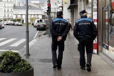 Agentes de la Policía Local patrullando por Viveiro.