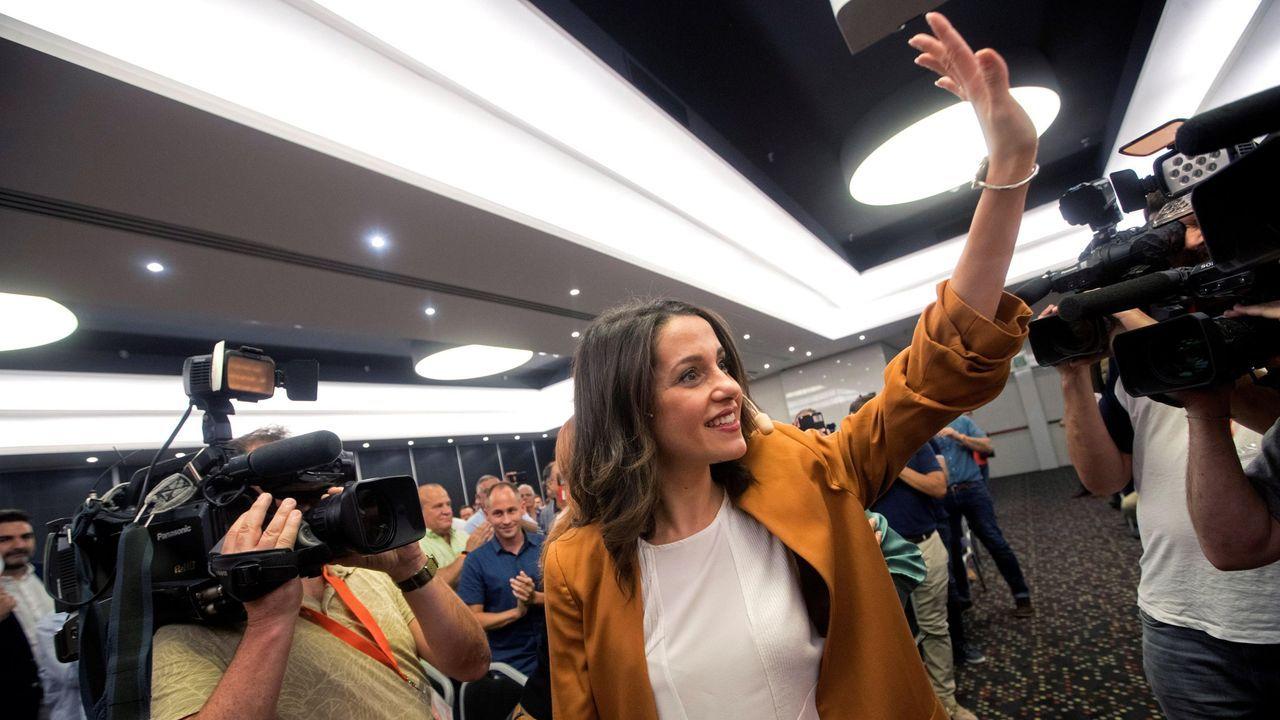 Sánchez acusa a Iglesias de romper unilateralmente las negociaciones con su consulta a las bases.Pablo Iglesias se dirige a un circunspecto Pedro Sánchez durante la reunión que mantuvieron este martes en el Congreso de los Diputados