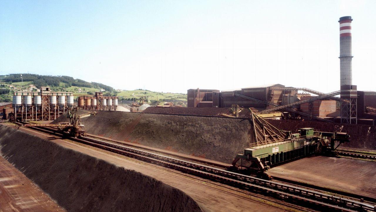 Un trabajador en la fábrica de Asturiana de Zinc (Azsa).Antracita, un tipo de carbón con mayor poder calorífico que la hulla.