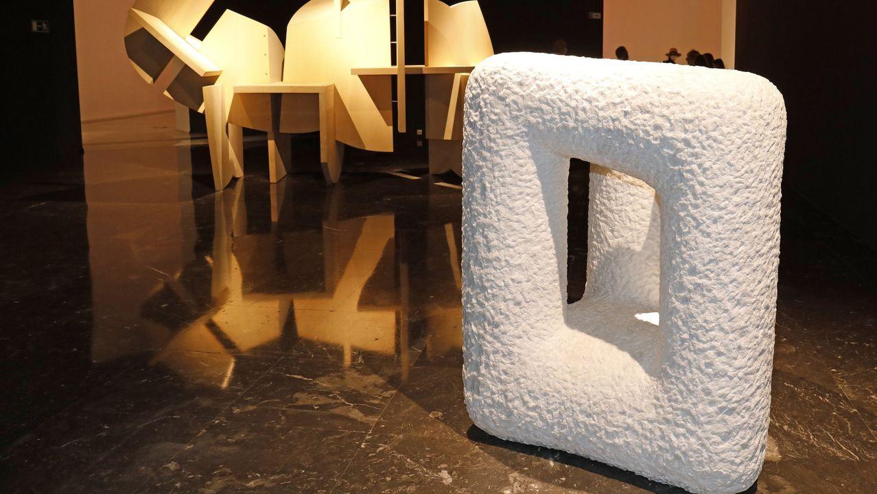 En primeiro termo, a peza feita do bloque de mármore de Macael; detrás, «Barca solar»