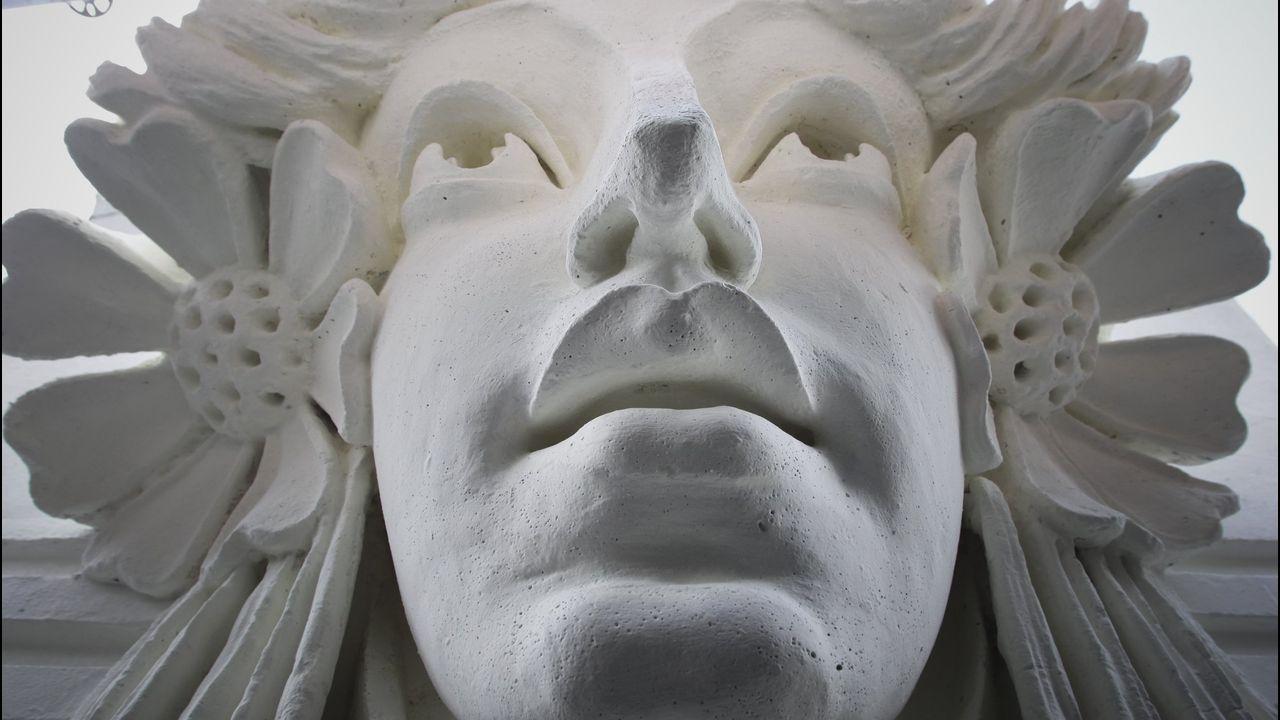 caras.Primerísimo primer plano del rostro que engalana la Casa Arambillet, en la plaza de Lugo