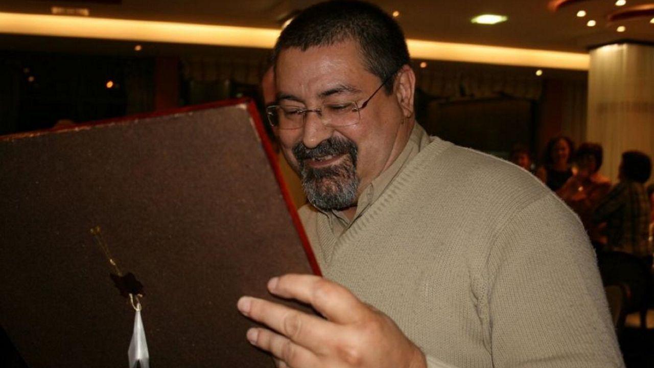 Rodrigo Rey, nunha imaxe de 2008, mirando un cordobán regalado polos seus alumnos con motivo do 25 aniversario do instituto Praia Barraña