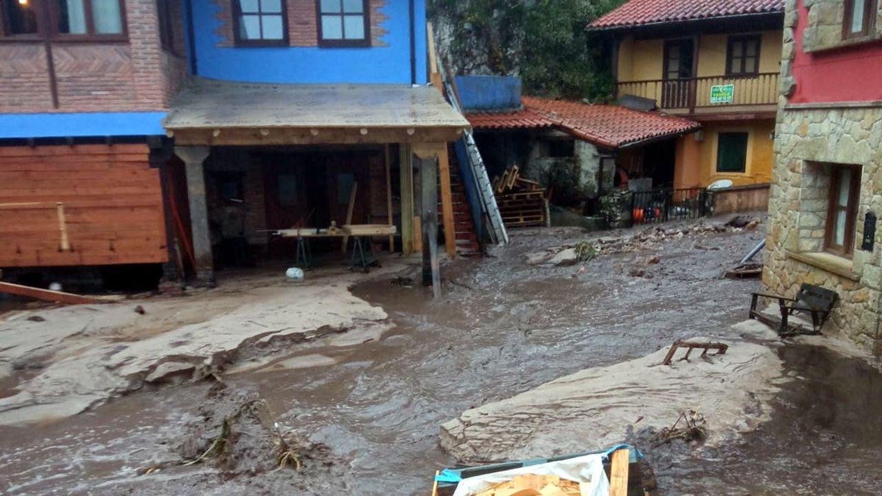 Calles en el concejo de Llanes a causa de las fuertes lluvias.Las cámaras de Tráfico recoge el atasco en Villaviciosa
