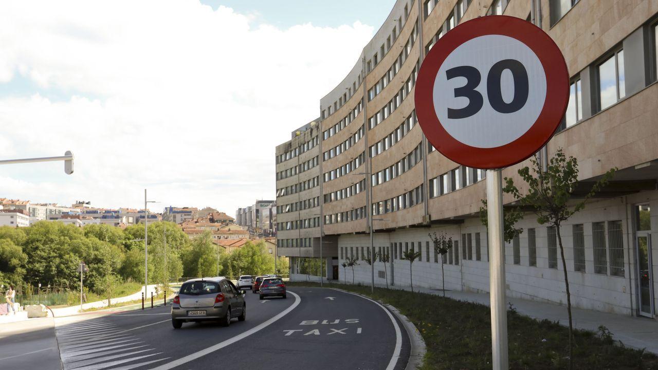 La calle Claro Campoamor de Santiago es una de las que el Concello ha reducido su velocidad máxima permitida antes de que lo exigiese la DGT