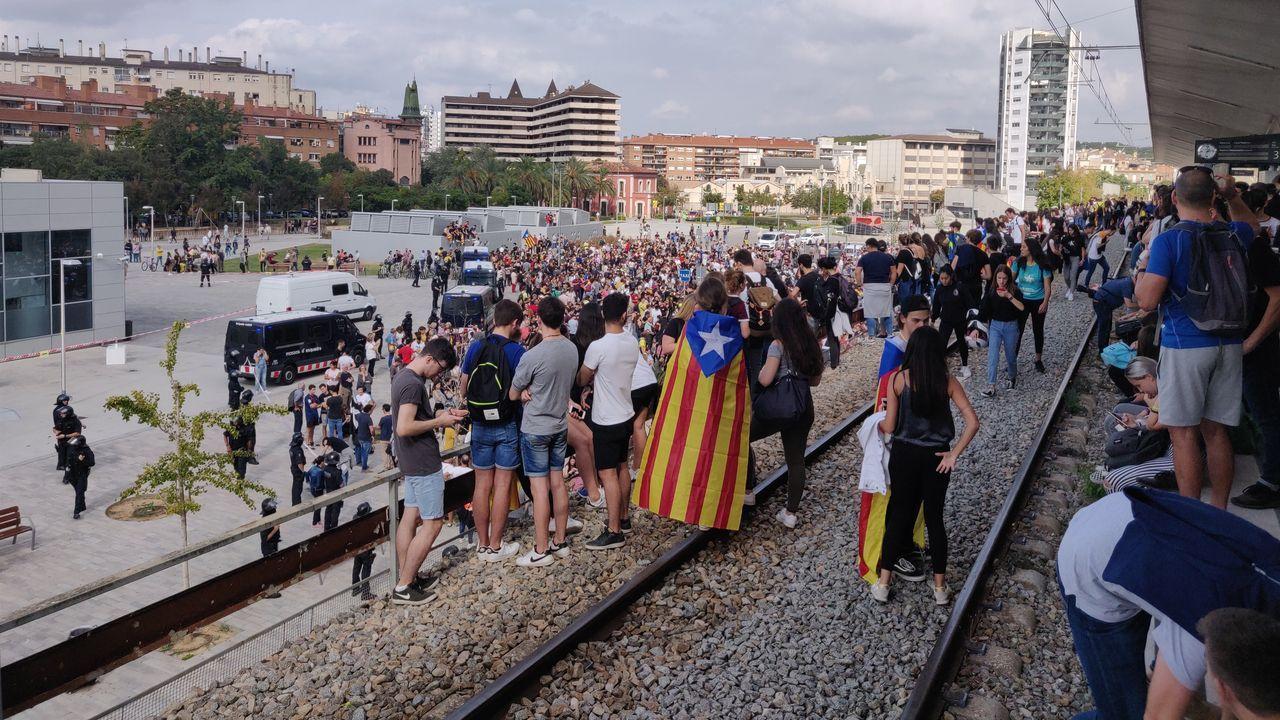 Manifestantes en Gerona interrumpen la circulación en las estación de cercanías.
