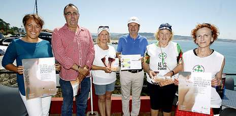 El Costa Concordia navega rumbo Génova.Los hosteleros entregaron ayer a las responsables de la asociación los folletos que repartirán.