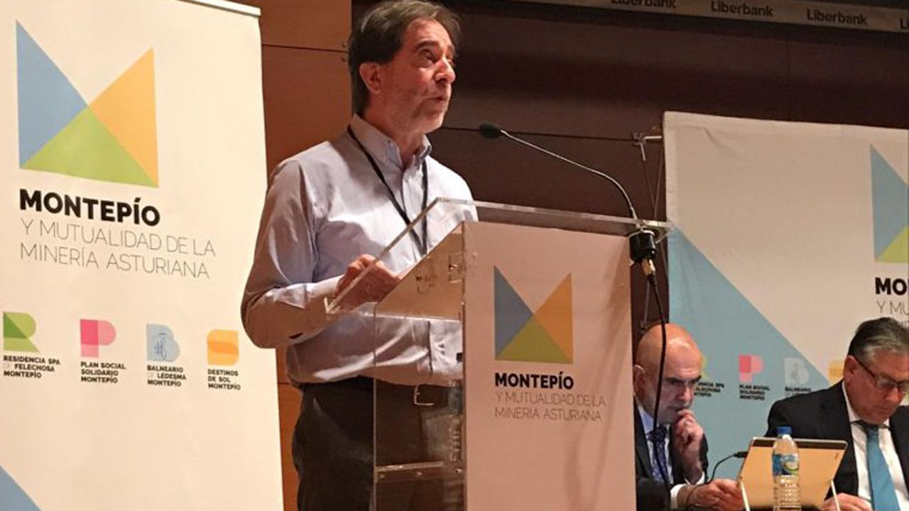 Visitantes Feria de Muestras Asturias.Juan José Pulgar, presidente del Montepío de la Minería, en la asamblea donde revalida su puesto