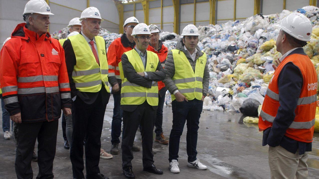 ¡Mira aquí las fotos de la inauguración de la Feira do Libro de Ribeira!.El consejero de Infraestructuras del Principado de Asturias, Benigno Fernández Fano (2i), acompañado por el gerente de Cogersa, Santiago Fernández (i), durante la visita que realizó hoy a la nueva planta de separación de envases ligeros que permitirá optimizar el reciclado de hasta 25.000 toneladas de los productos que se depositan en los contenedores amarillos. El Consorcio de Gestión de Residuos de Asturias (Cogersa) ha puesto en funcionamiento una nueva planta de separación de envases ligeros, que permitirá optimizar el reciclaje de hasta 25.000 toneladas al año de los productos que se arrojan a los contenedores amarillos.