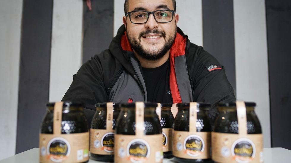 Amable Pérez, con botes de su premiada miel de melato