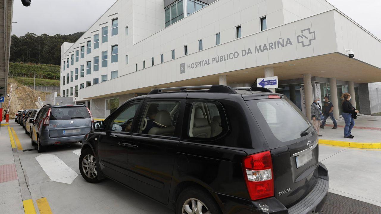 Dos enfermeras, con un bebé en la unidad de neonatos del hospital público de Lugo