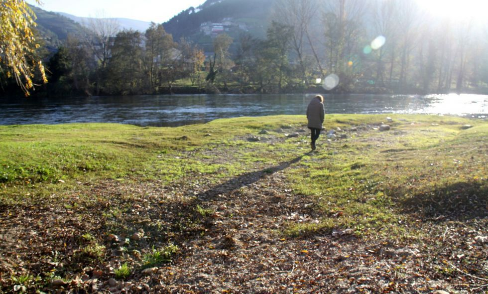 Nieve en Ourense y en Dozón.<span lang= es-es >Caminando por el cauce del arroyo Cigüeño en O Barco</span>. La imagen del arroyo totalmente seco no extraña a quien pasee por el centro de O Barco, pues allí se une con el Sil y durante varios meses al año es posible pasar a ambos lados de la zona verde sin mojarse. Lo que es mucho menos común es poder pasear por el cauce sin mojarse en pleno diciembre. Lo habitual es que los manantiales hayan brotado con fuerza después de las intensas lluvias de otoño (que este año no ha habido).